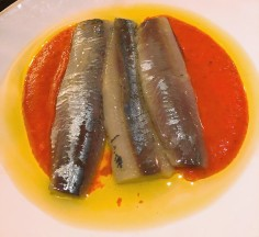 Sardinas ahumadas Smoked sardine fillets, red pepper purée