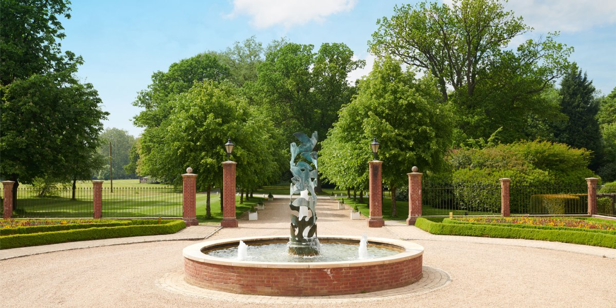 Tring-main-fountain.jpg